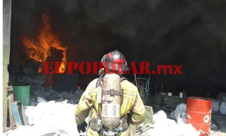 Incendio en una bodega en Tlaxcalancingo consumió toneladas de borra