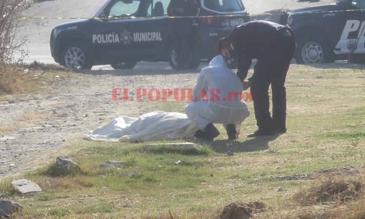 Hallan cadáver en  San Cristóbal, colonos reportaron que sujetos en un vehículo lo dejaron ahí
