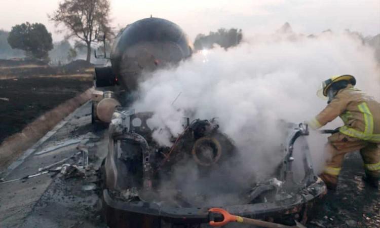 Pipa de gas LP termina calcinada en la autopista Amozoc-Perote
