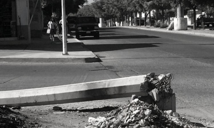 Patrulla se impacta contra poste de concreto en la colonia Humboldt