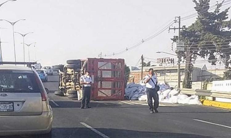 Volcadura de camión provoca tráfico en puente de San Felipe