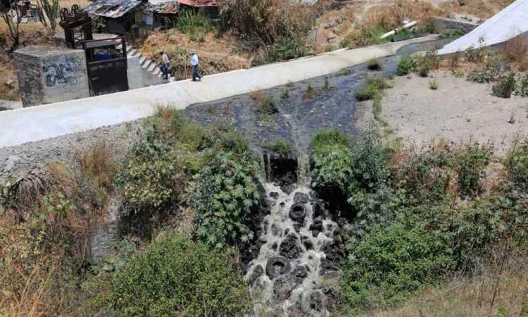 Ebrio cae a barranca del Río Atoyac, es sacado por su familia