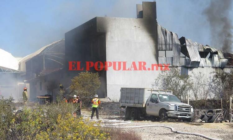 Incendio calcina bodega de reciclaje y vehículo en Totimehuacan