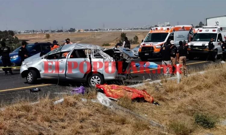 Volcadura deja dos muertos y tres heridos en la Vía Atlixcáyotl