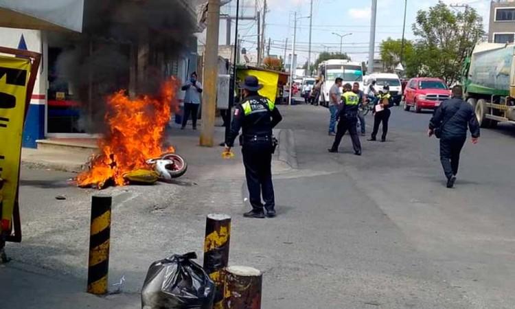 Durante retén motoneta termina calcinada en la colonia Santa Rosa en Puebla