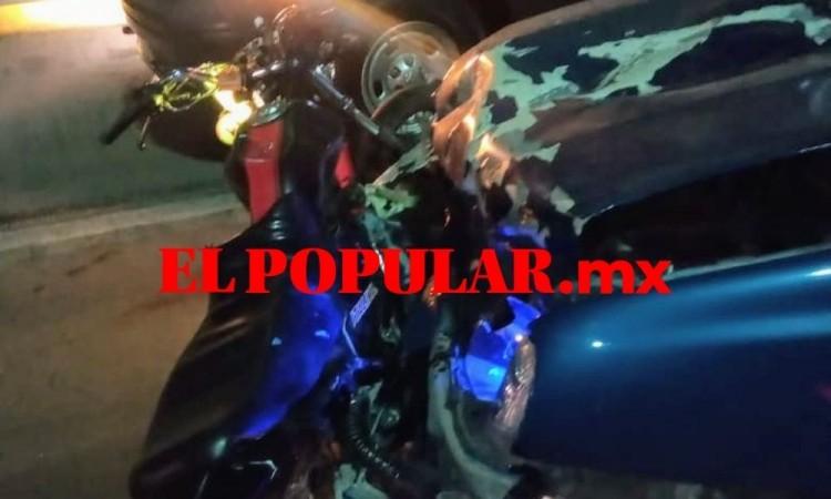 Choque de auto y moto por no respetar semáforo en el cruce con la Vía Atlixcáyotl