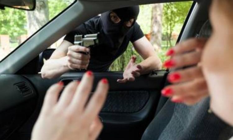 En intento de robo, compradores rocían gas a vendedora de auto en la colonia Jardines de San Manuel