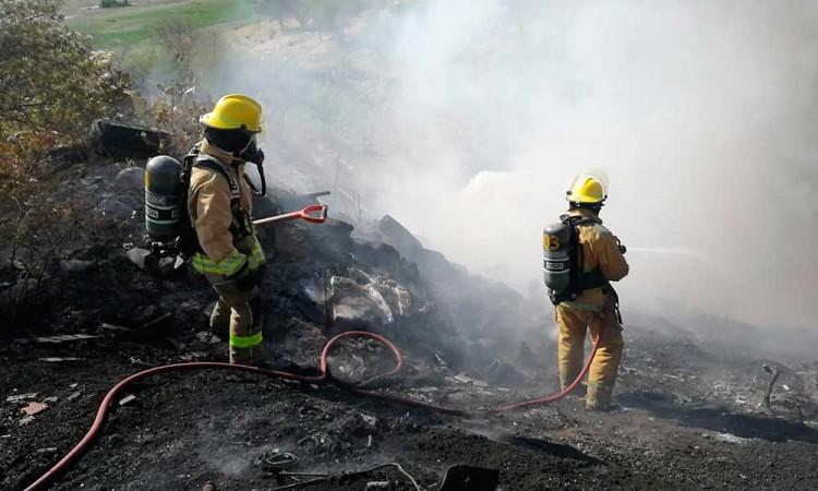 Flamazo en tanque e incendio en terreno movilizan a vulcanos al sur de Puebla