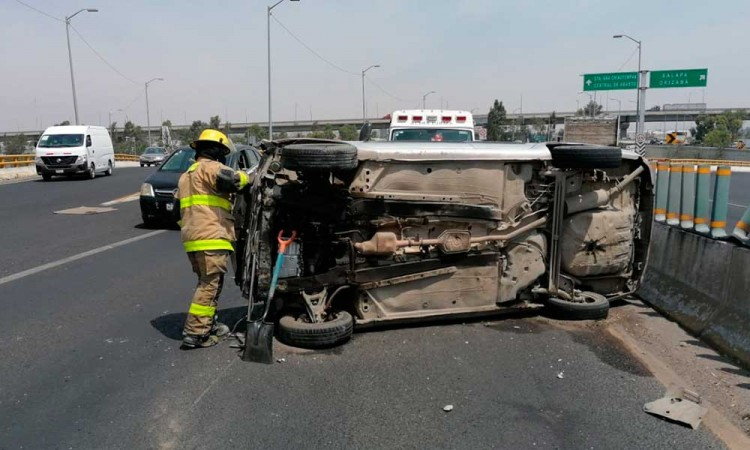 Choque y volcadura de auto deja a un menor lesionado en la Vía Corta a Santa Ana Chiautempan