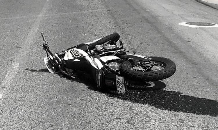Motociclista terminó herido por derrape y choque en la colonia Loma Encantada