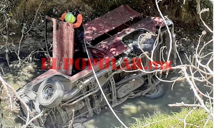 Volcadura y caída a barranca de una camioneta deja un muerto en San Jerónimo Caleras