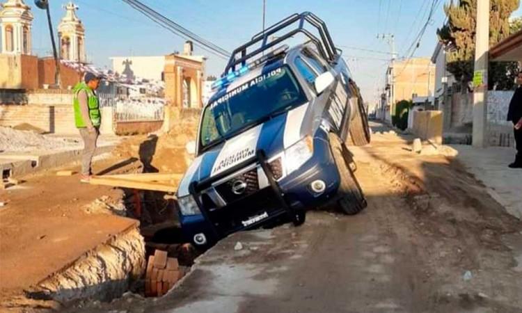 Patrulla municipal cae a una zanja en una obra del barrio de Santiago