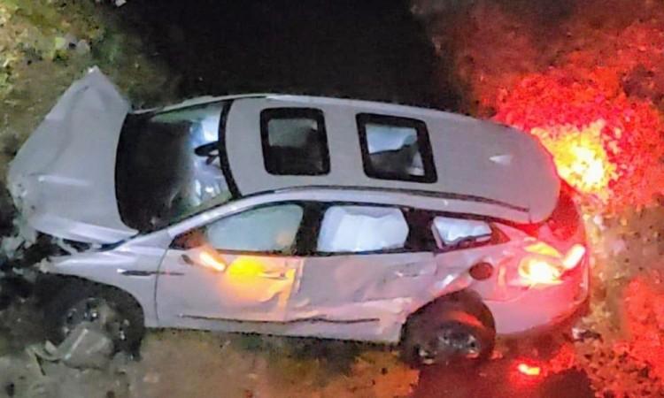 Abandonan camioneta tras caer a barranca en Cuautinchan
