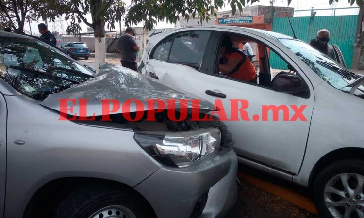Choque entre una camioneta y un auto deja dos lesionados en San Sebastián de Aparicio