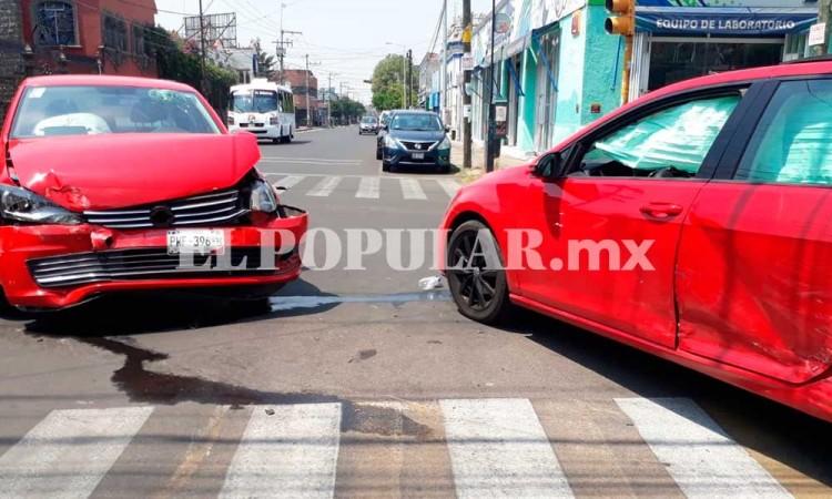 Colisión entre autos deja dos lesionados en el barrio de Santiago