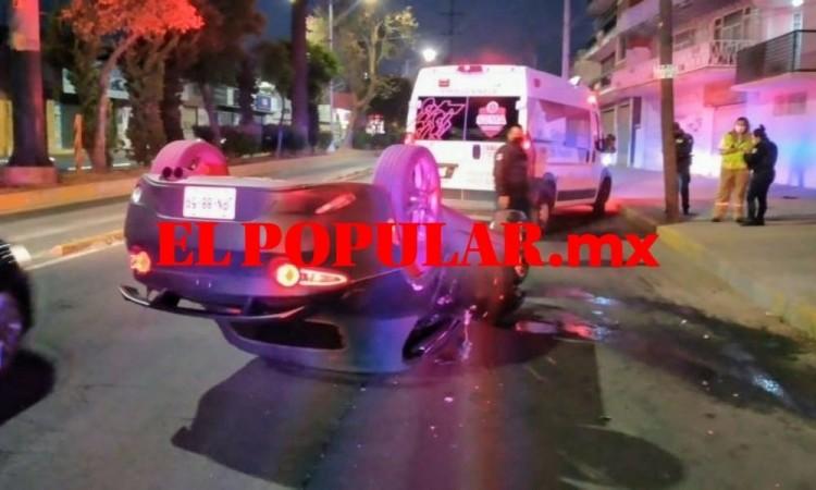 Abandonan vehículo volcado sobre la Diagonal Defensores de la República
