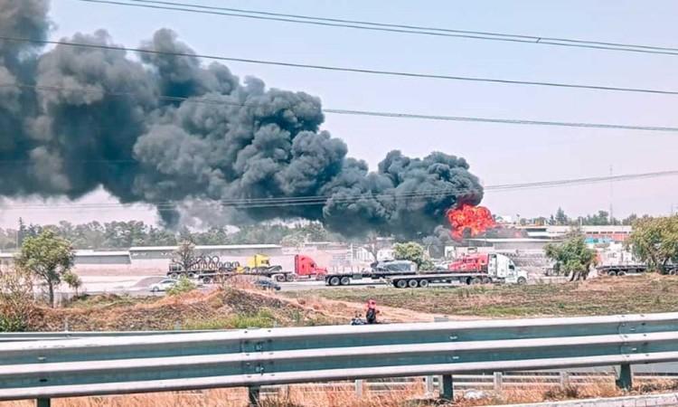 Incendio calcinó pipa en Xoxtla