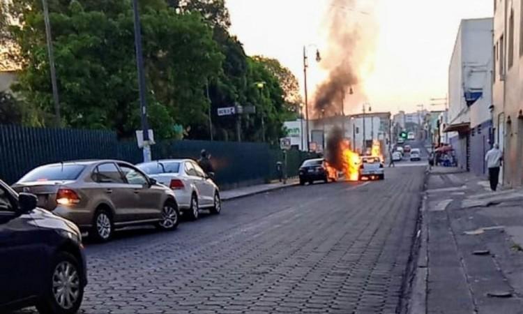 Automovilista ebrio provoca choque que termina con trabajador herido e incendio de las unidades