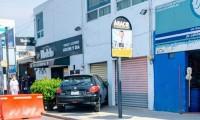 Choque entre dos vehículos, termina impactando contra negocio en la colonia Santa Cruz Los Ángeles