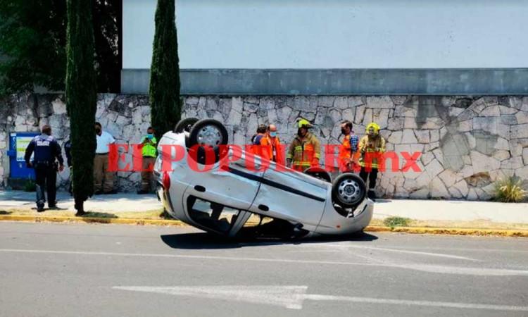 Choque entre dos automóviles termina en volcadura por no respetar semáforo en la colonia Anzures
