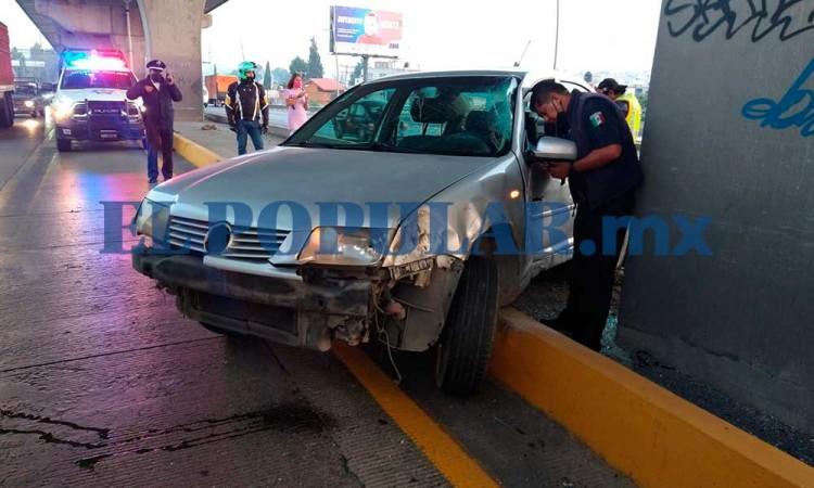 Auto se estrella contra pilar del segundo piso de la autopista México-Puebla