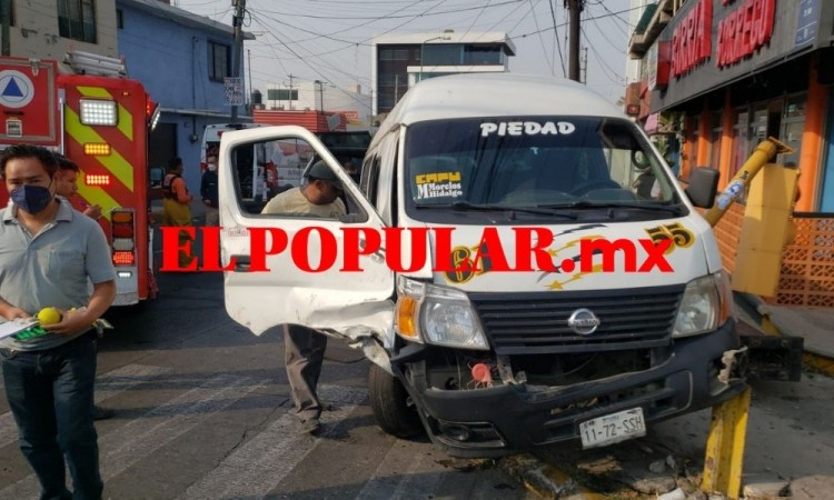 Persona resulta lesionada y atrapada por choque de ruta y camioneta en la colonia Benito Juárez