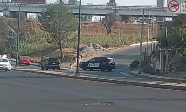 Conductor abandona su vehículo luego de volcarse en San Felipe Hueyotlipan