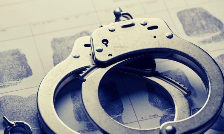 Detienen y golpean a mujer por robo a transeúnte en la colonia Bosques de Santa Anita