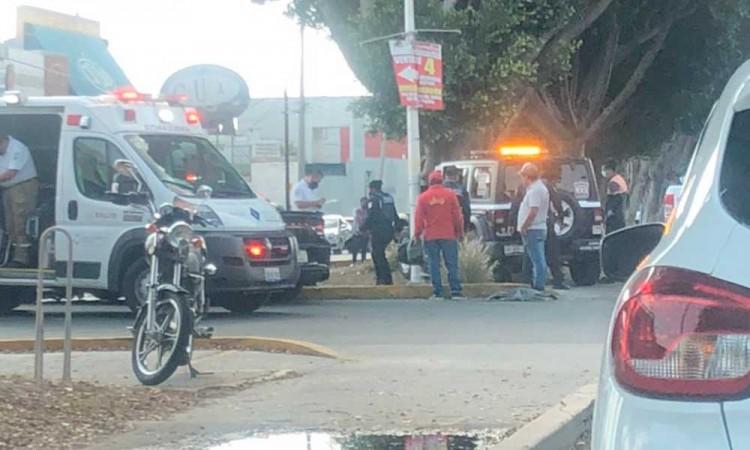 Chocan patrulla y auto de lujo en El Mirador