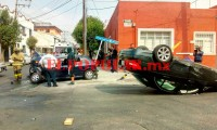 Choque y volcadura en la colonia El Carmen deja tres lesionados