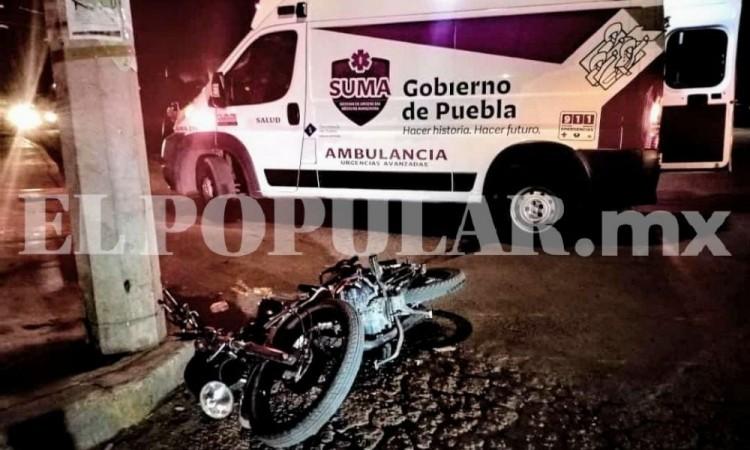 Motociclista sufrió fracturas en una pierna por el choque con una camioneta al sur de la ciudad de Puebla