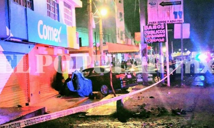 Ejecutan a pareja en vehículo que se estrelló con negocio en San Jerónimo Caleras