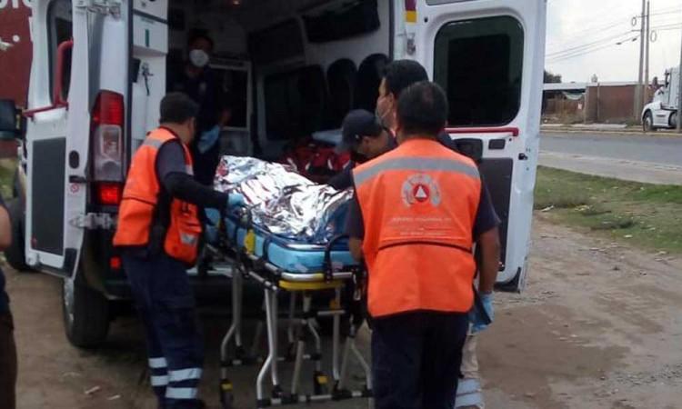 Hombre recibe descarga eléctrica, quedó colgado de un poste en San Pedro Cholula