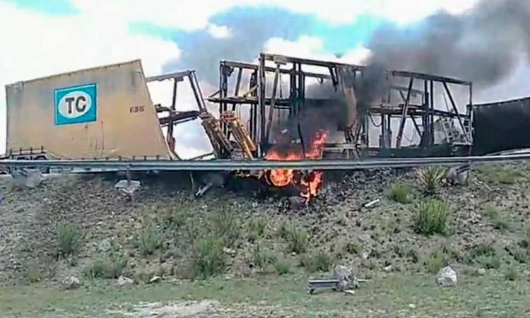 Deja dos muertos choque de tractocamiones y camioneta en la autopista Amozoc-Perote