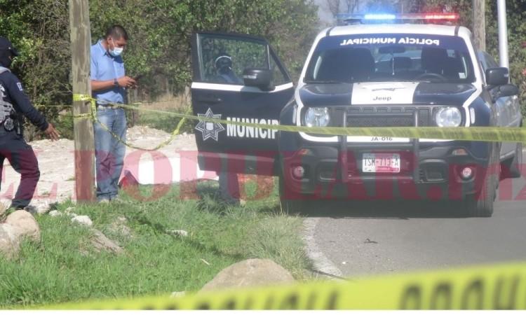 Asesinan a hombre con balazo en la cabeza junto a terrenos de cultivo en la carretera a San Miguel Espejo