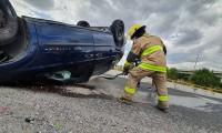 Conductor maneja sin precaución y termina volcando su camioneta sobre el Periférico