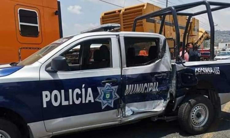 Patrulla y camión con material de construcción chocan en Amozoc