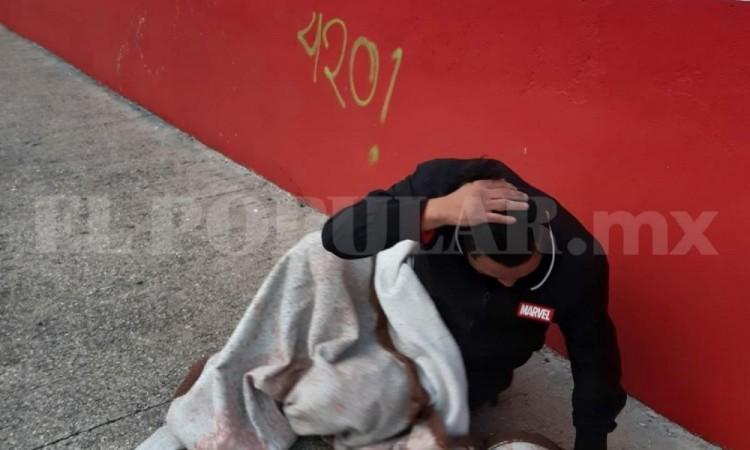 Hombre duerme en vía pública tras problemas con su pareja y su presencia alertó a vecinos de la colonia Amor