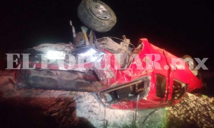 Cuatro heridos y una persona muerta tras volcadura de camioneta en Tepeaca