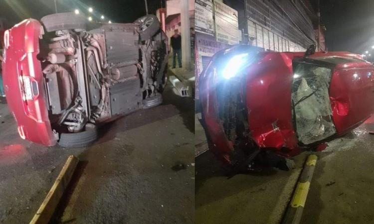 Hombre termina gravemente herido al ser embestido por auto que chocó contra taxi y quedó volcado