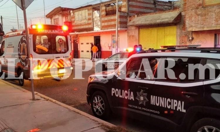 La víctima tuvo que ser llevada a un centro hospitalario en tanto que el agresor se dio a la fuga y es buscado por elementos policíacos.