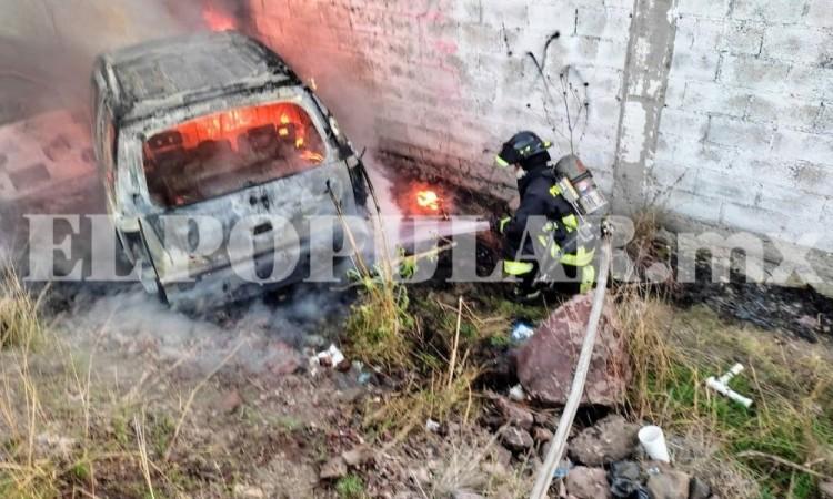 Abandonan auto calcinado en San Andrés Azumiatla